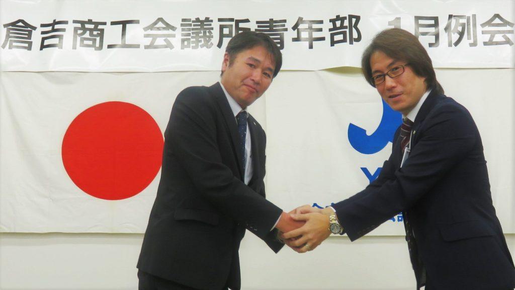 新入会員バッジ授与 クラーク法律事務所 杉本くん(左)